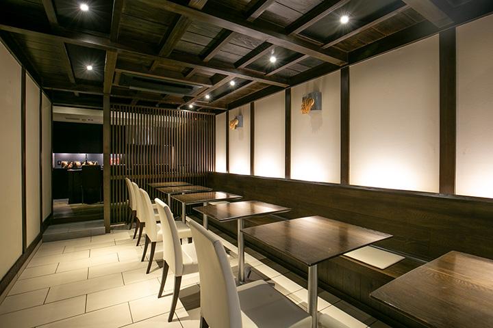 モノトーンで統一されたモダンな店内。壁には本物の稲で作ったオブジェが