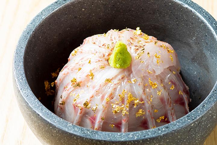 のどぐろ炙り石焼き丼2,800円。新鮮なのどぐろを軽く炙り、ご飯を巻いた芸術的な一品