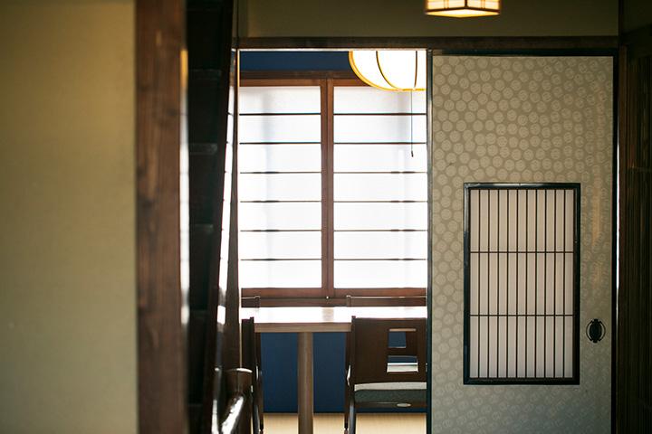 群青色の壁がアクセントの個室。階段や廊下にはクリフトン・カーフの版画が飾られている