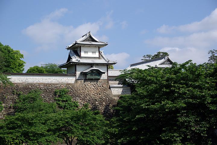 兼六園と向かい合って立つ石川門。重厚な石垣が目を引く