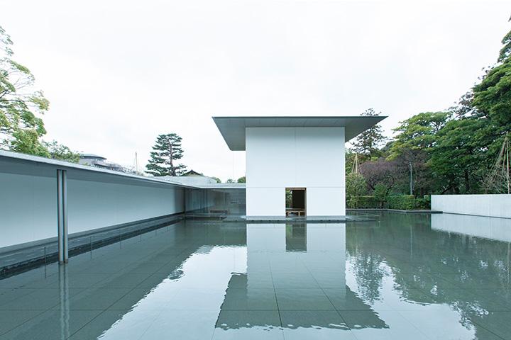 静寂に包まれた水鏡の庭。水面を眺めていると、時間が経つのを忘れてしまう