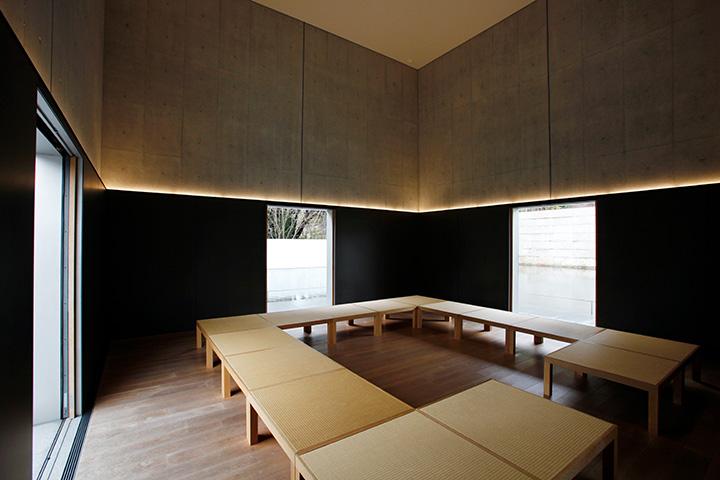 思索空間から長方形に切り取られた水鏡の庭を望む
