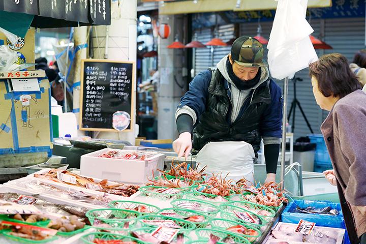 地元客と観光客でにぎわう市場の鮮魚店