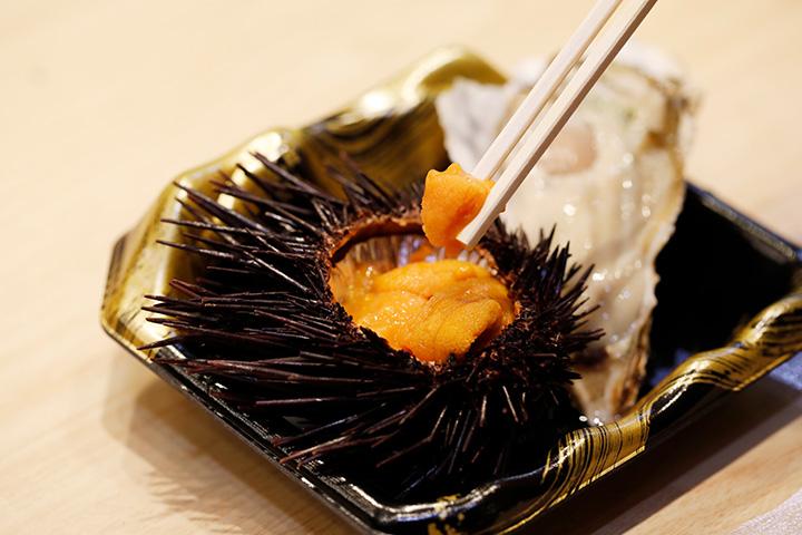 生ウニやカキ、串焼きがその場で食べられる店も