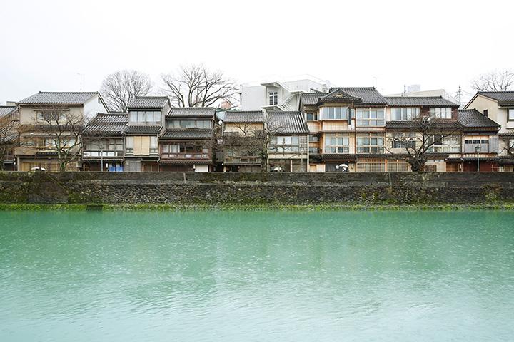 川向こうから眺める主計町茶屋街の街並み