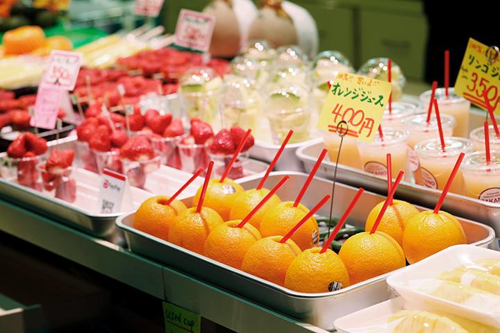 カラフルな季節の果物が並ぶフルーツ専門店