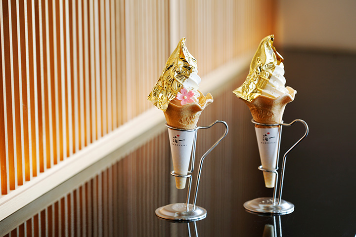 金箔のかがやきソフトクリーム各891円。左の桜のチョコ付きは春限定(4/20まで)