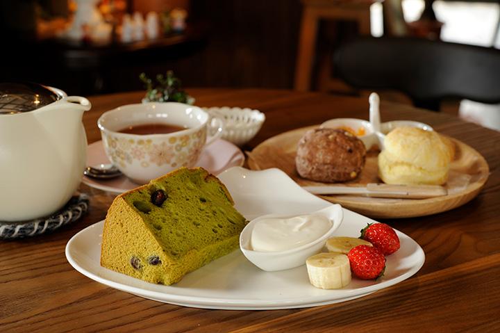 紅茶600円 飲み物に+300円で、スコーンやシフォンケーキをセットに