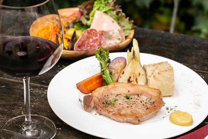 イタリア産黒豚 ネロパルマ豚のローストと前菜盛り合わせのランチセット2,800円、グラスワイン800円~
