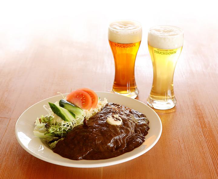 定番のROCKビーフカレー(レギュラー)1,000円と地下のブルワリーで作られるクラフトビール