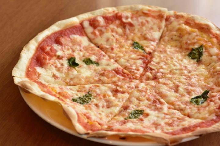 人気のピザは、生地がカリカリしていて美味。写真はマルゲリータ