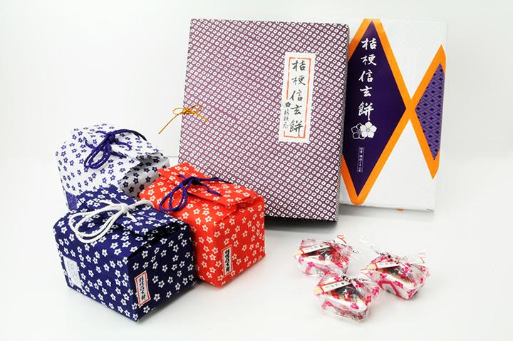 和柄の包装紙の美しさが印象的