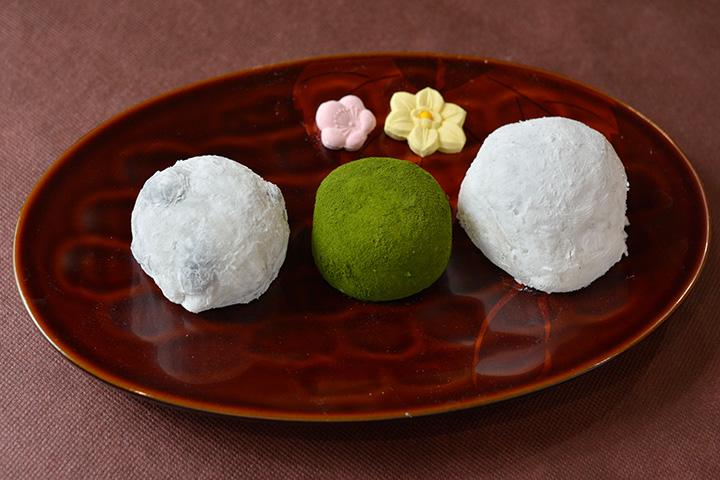 左から豆大福108円、抹茶大福140円、バナナ大福162円に、美しい干菓子を添えて