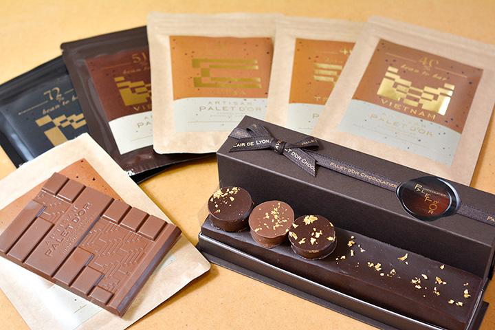 手前右はプレミアムガトーショコラ2,970円、チョコレートのタブレットは972円