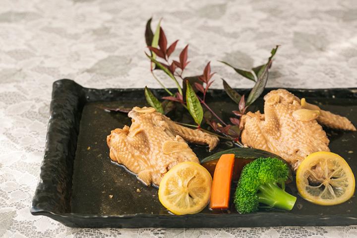 八ヶ岳の「中村農場」の手羽を使用した名水地鶏レモン煮1,200円