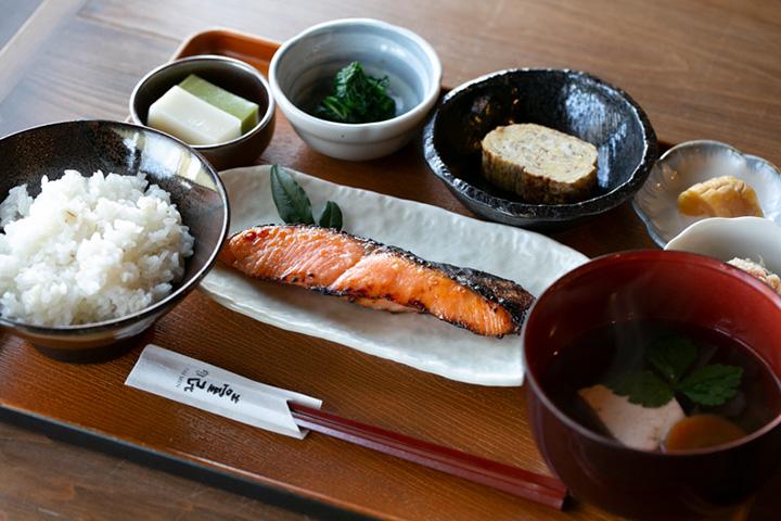 小鉢がたくさんでうれしい鮭の麹漬け定食1,620円