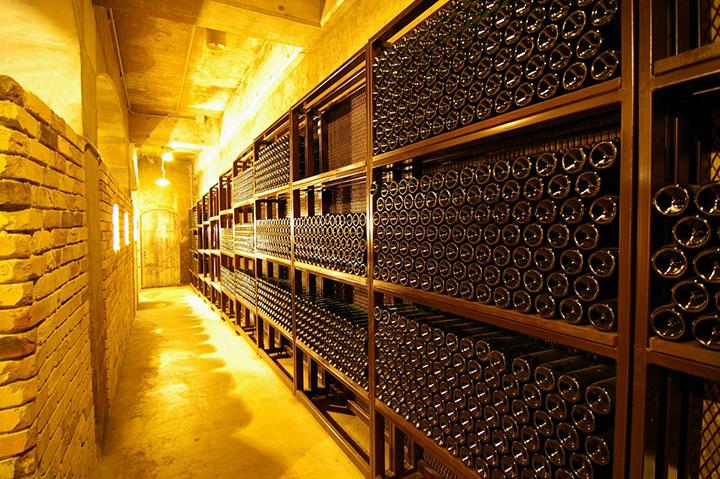 ワインセラーにはワインの香りがあふれ、ワイン好きにはたまらない空間