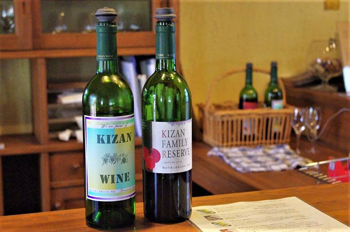 左から、代表銘柄のキザンワイン1,338円、キザンファミリーリザーブ1,645円