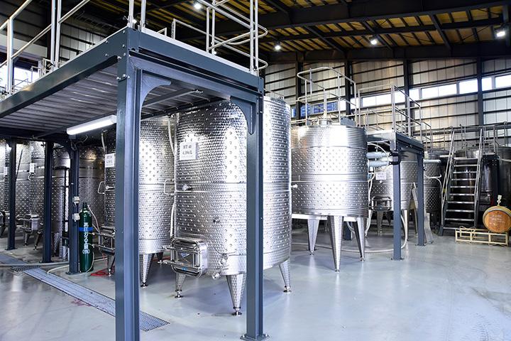 醸造棟は見学自由。胴回りの太い赤ワイン用、細身の白ワイン用などタンクは5種類