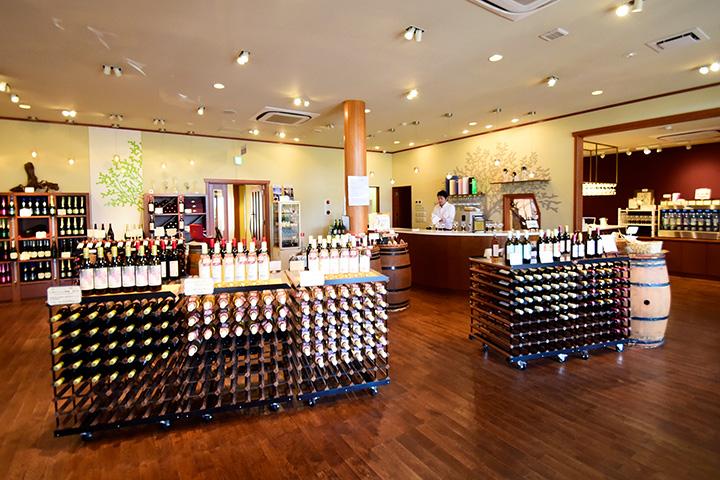 約40銘柄の自社製ワインが並び、時期によっては限定品にも出合えます