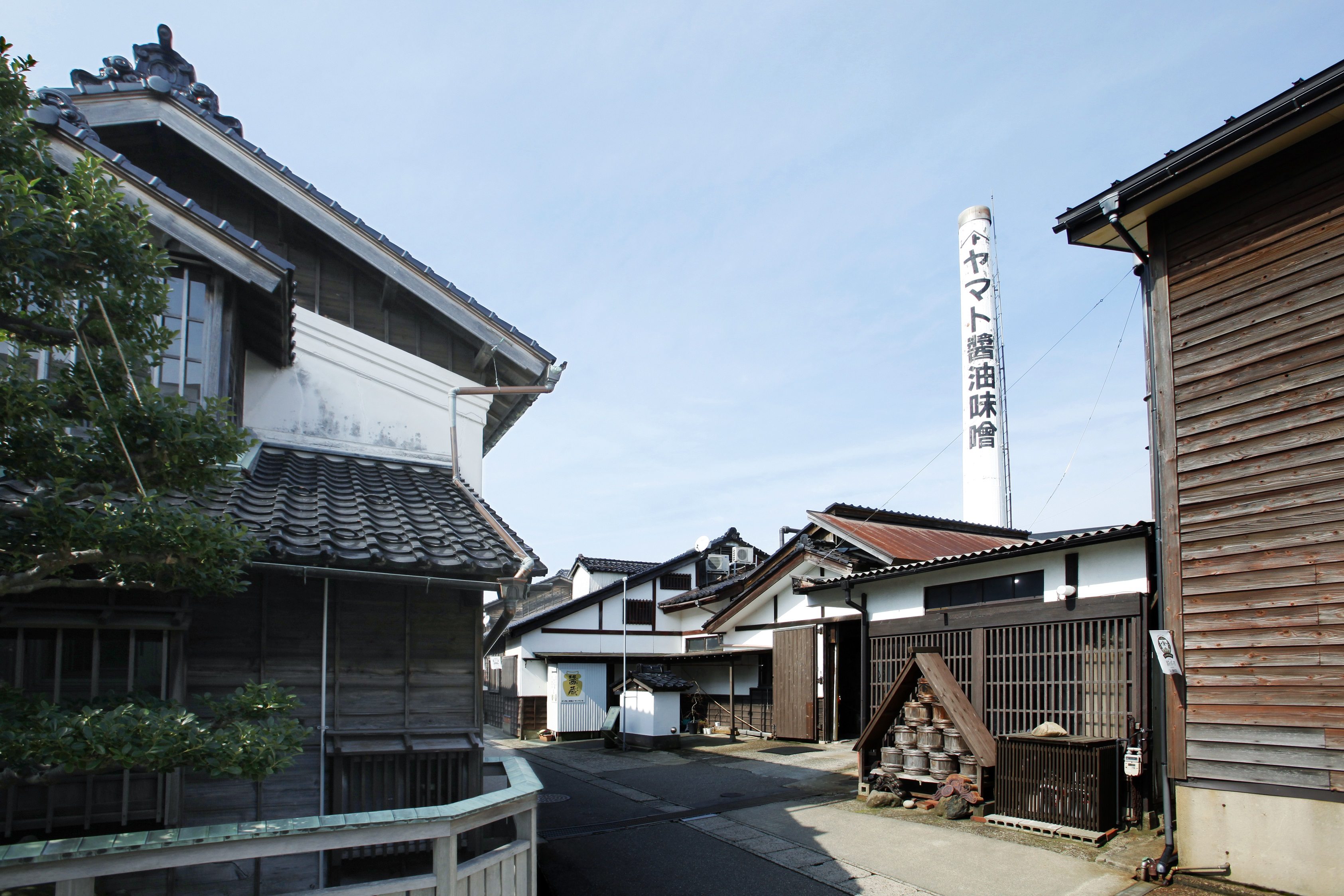 金沢港近くの風情ある町並み。シンボルの煙突が目印
