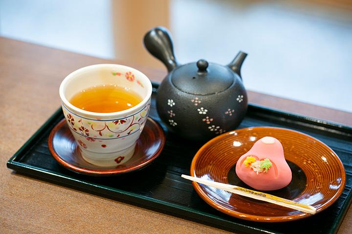 加賀棒茶セット550円(2019年10月から600円)。「吉はし菓子店」の和菓子か加賀棒茶ブリュレを選べる