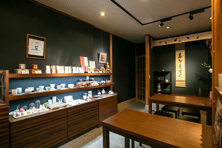店内の半分を使った喫茶スペース。九谷焼の湯呑みや急須も豊富な品揃え
