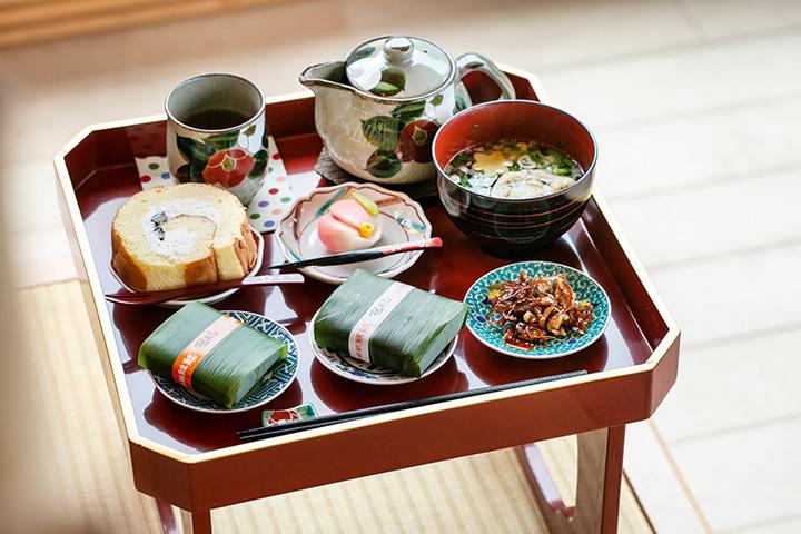 姫皿御膳1,800円。本日のお寿司やお菓子、汁物など6品が並ぶ