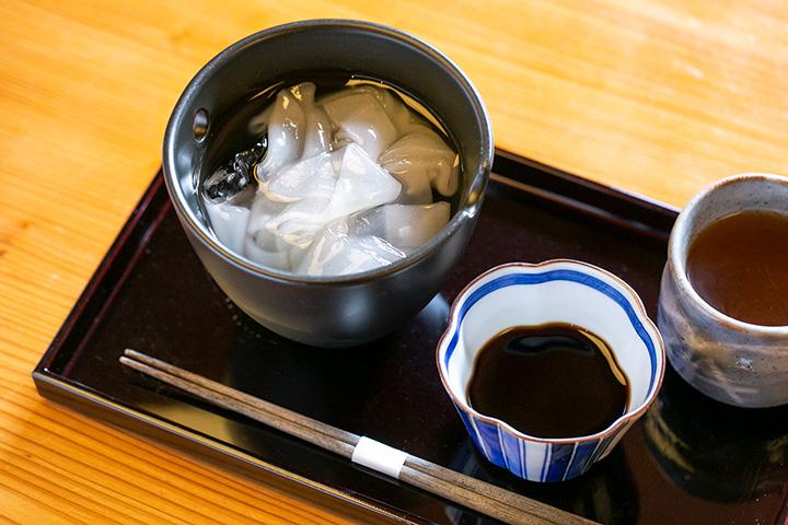 葛きり 黒みつ 吉野産本葛粉(加賀棒茶付き)750円