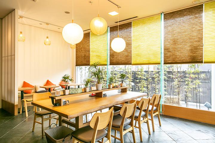 カフェは2018年9月オープン。春から秋は外にお茶席も登場