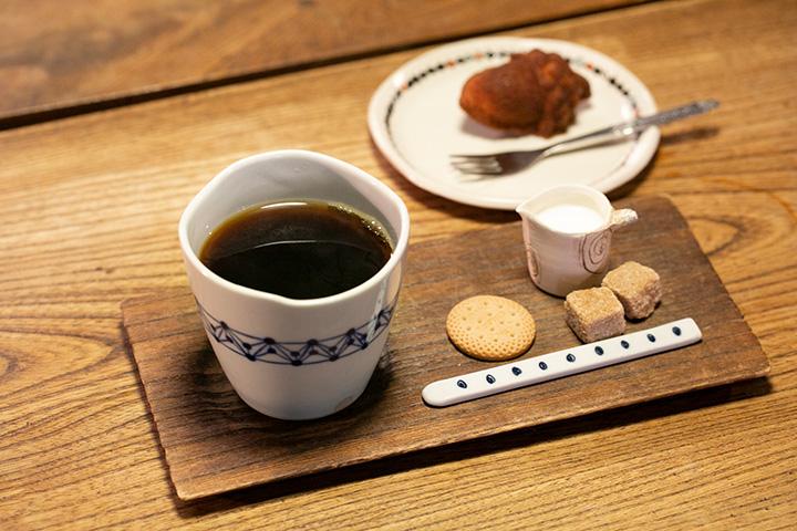 「二三味(にざみ)珈琲」のコーヒー450円と、どんぐりフィナンシェ180円(右奥