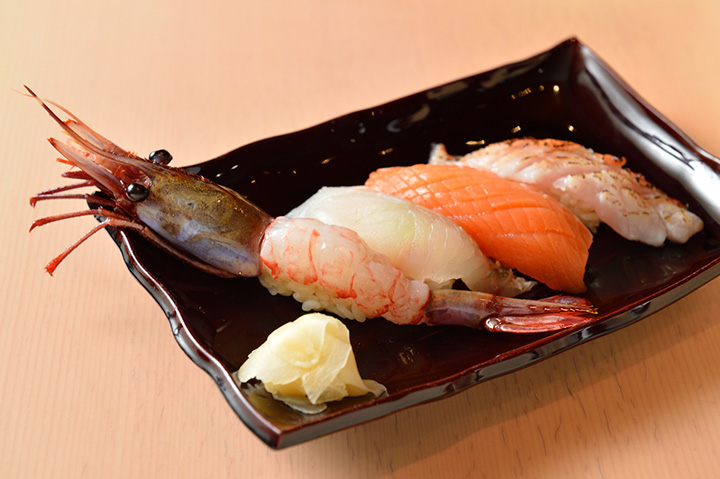 写真左からブドウエビ、マツカワガレイ、時不知(ときしらず)、炙りキンキ。握り寿司は時価