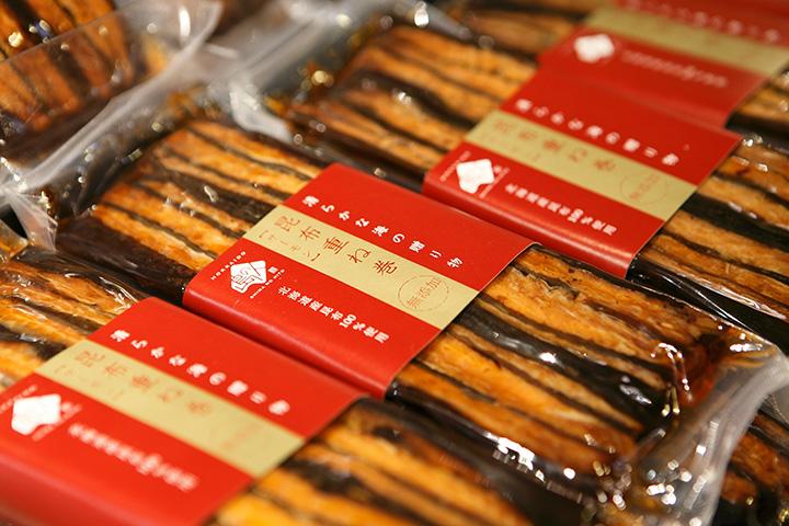 一番人気のお土産「サーモン昆布重ね巻」ロングタイプ1本1,350円