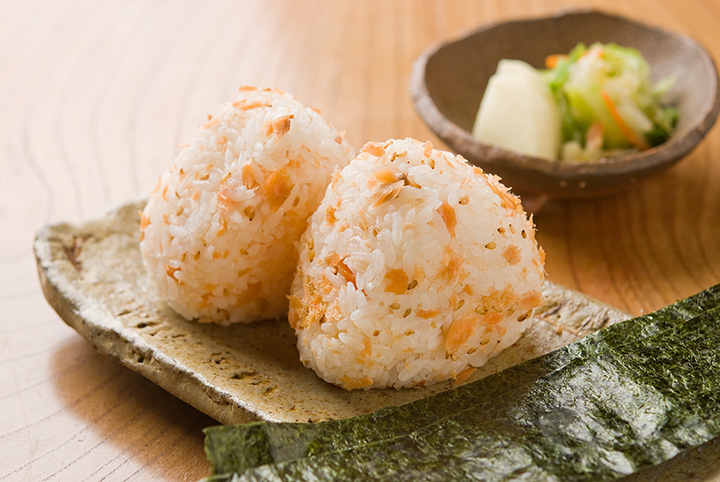 鮭のほぐし身を混ぜ込んだ「鮭おむすび」1個260円~。トッピングにお好みの具材を選べます