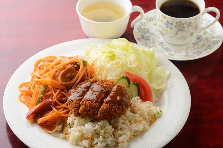 人気の定番メニュー「トルコライス(スープ、サラダ付)」930円、食後のコーヒーは200円