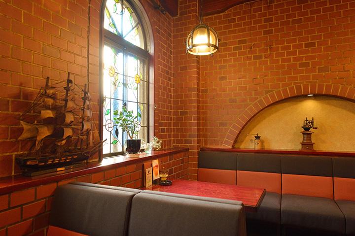 赤レンガの壁にステンドグラスと、どこか懐かしい雰囲気の店内