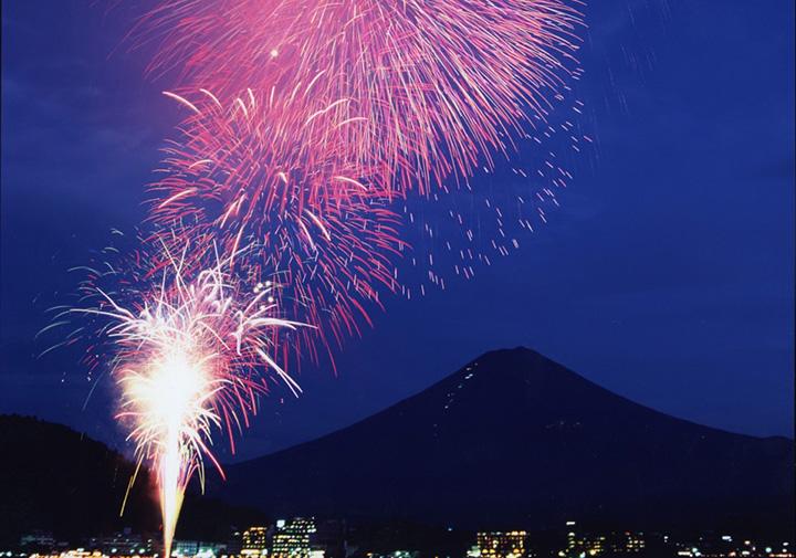 【2019年版】富士山と共に楽しめる花火大会6選(河口湖・山中湖・他)
