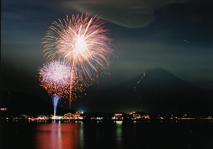 河口湖湖上祭 花火大会 8/4(日)20:00~20:15、8/5(月)19:45~20:15