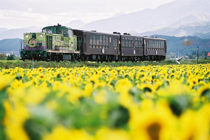今では珍しいディーゼル機関車が客車を牽引(写真提供:JR北海道)