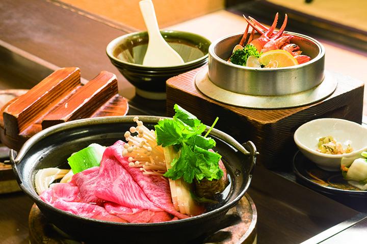 ぎゅう牛饂飩鍋 一式 今盛り(麺半量)3,024円(手前)とえび釜ごはん2,376円(奥)