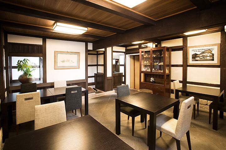 1階のテーブル席。2階席や個室もあります