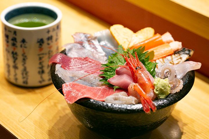 いきいき亭丼(味噌汁付き)2,000円。14種類のネタが楽しめます