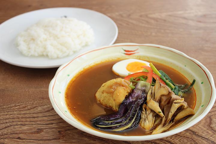 赤カレー鶏1,000円。さらりとしたスープには旨味が凝縮