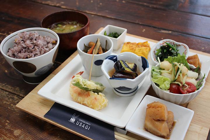 おかず9品にご飯、お味噌汁が付く「うさぎ御膳(A)」は1,000円。プラス120円でご飯を十五穀米に変更できます