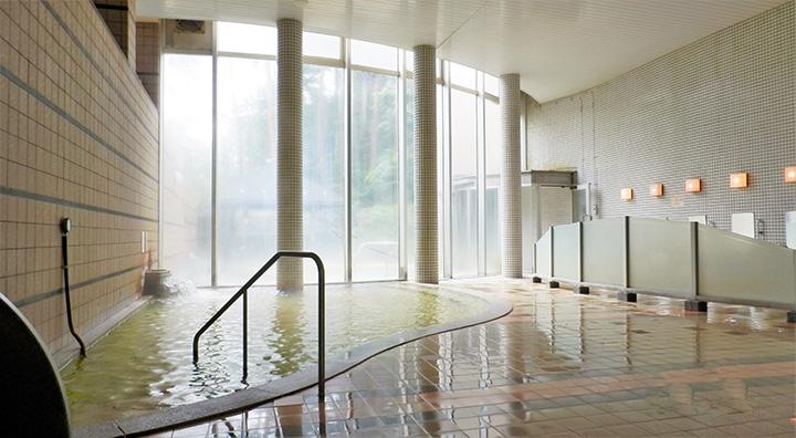 湯量は毎分203ℓと豊か。内湯や露天風呂の他、ドライサウナも完備