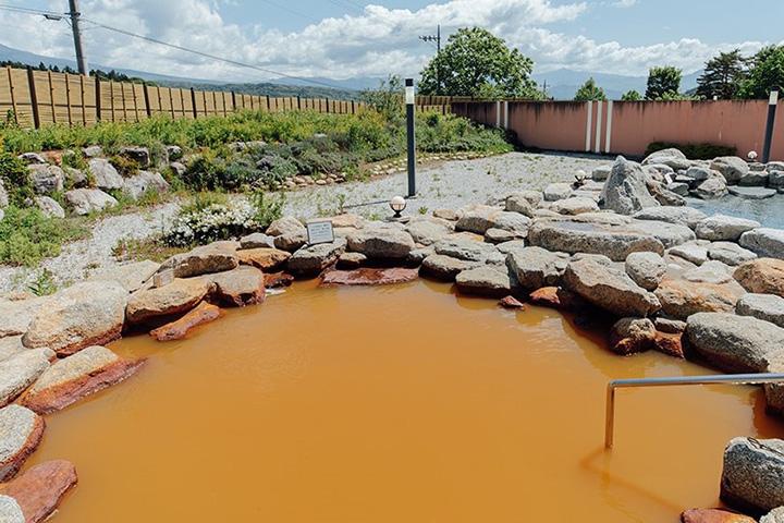 源泉露天風呂の「赤湯」