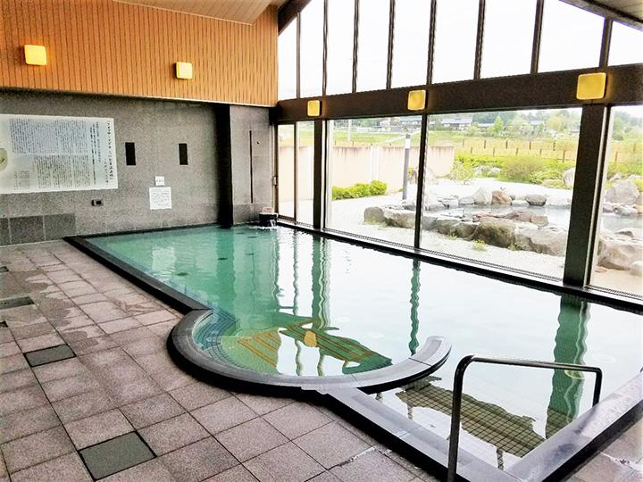 源泉に、環境省が「名水百選」に選んだ「白州・尾白川の天然水」をブレンドした内湯