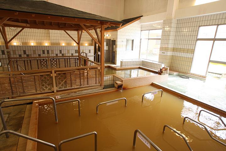 源泉の温度調整は、加水せず熱交換器を使用