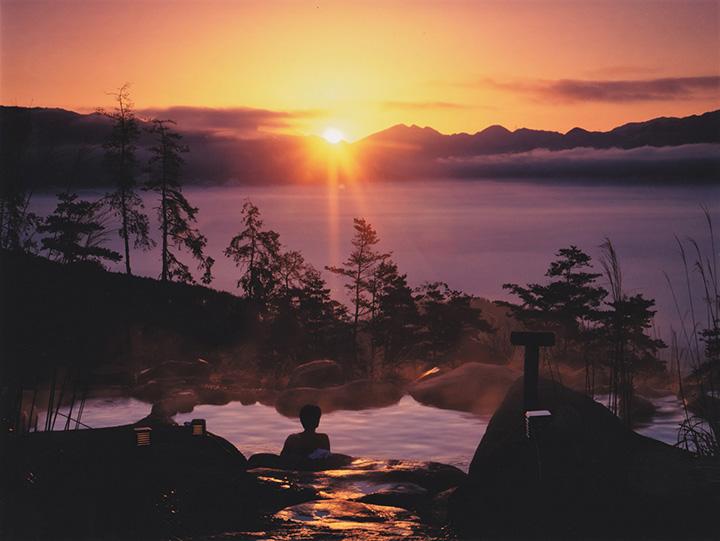 「あっちの湯」から眺める朝日と雲海。日の出前から入浴できるから見られる、特別な景色