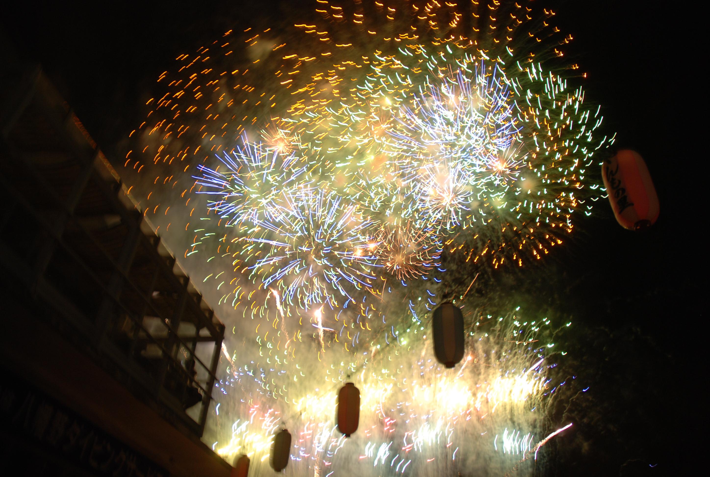 頭上に打ち上がるダイナミックな花火の競演